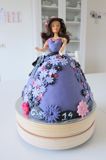 Barbie taart paars en nog vele andere taarten op maat....