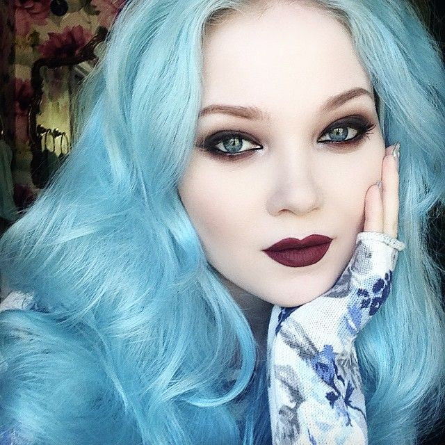 Her hair is way too pretty. We both have blue eyes and fair skin, so maybe I could pull off that hair colour???? I love Doe Deere!