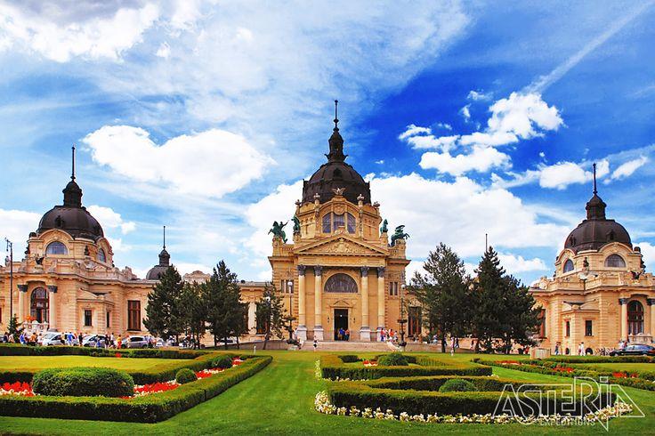 Bij een bezoek aan Széchenyi, een belangrijk thermaal etablissement, is er mogelijkheid om te baden in één van de buitenzwembaden, ontspanningsbaden, overdekte thermale baden
