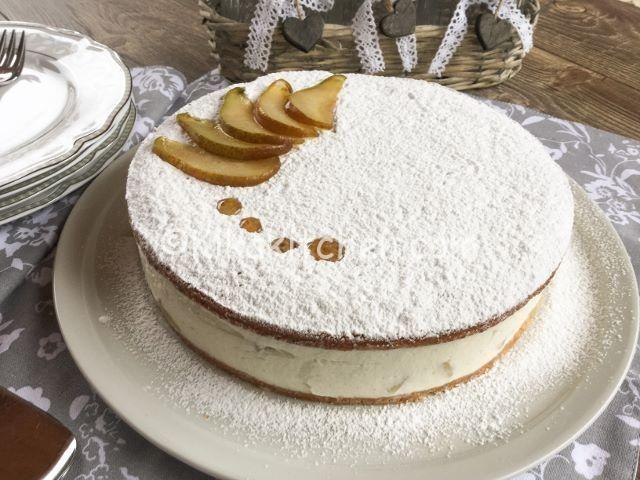 La torta ricotta e pere è un dolce senza cottura. Due dischi di pasta biscotto alle nocciole con morbido ripieno di ricotta, panna e pere.