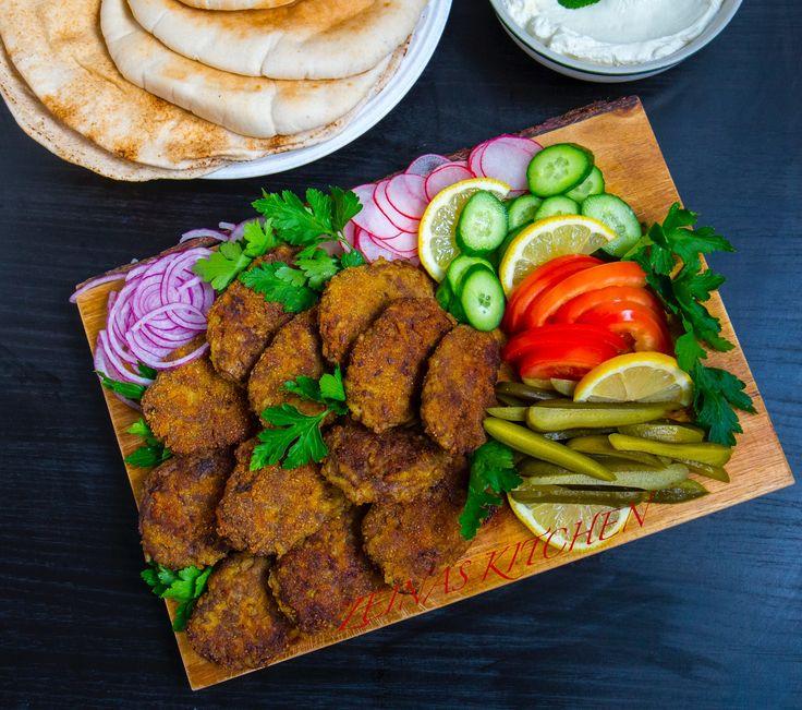 Smarriga persiska köttfärsbiffar med potatis. De kan avnjutas varma eller kalla och passar lika bra att serveras på buffen, som burgare eller i pitabröd med grönsaker. 4 portioner 400 g köttfärs (kycklingfärs funkar också bra) 2 st stora potatisar (läs tips nedan) 1 gul lök 1 st ägg 1 tsk gurkmeja 1 tsk advieh (persisk kryddblandning, kan ersättas med curry) Ca 1,5 tsk salt 1 tsk svartpeppar 1 tsk chili- eller paprikapulver Olja till stekning Panering (valfritt): Ströbröd TIPS! Man kan ha…