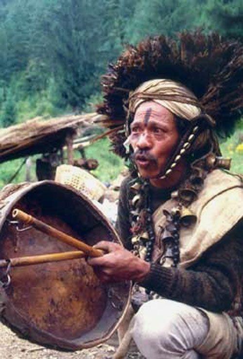 Magar Shaman from Nepal - het gaat mij om de belletjes aan de halsketting
