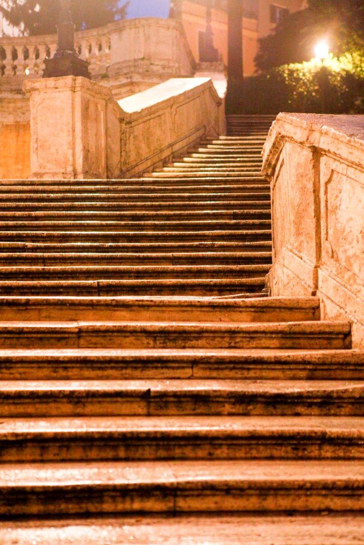 スペイン階段は映画のワンシーンに出てきそうな、優雅なつくり。