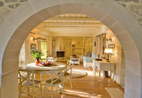 Girit adası, Lux ve şik taş dublex 3+1 satılık  Lux ve şik taş dublex 3+1 satılık, birinci sınıf malzemeler ile yenilenmiş, güzel konumda satılık.   Tam olarak eşyalı, alt katta büyük salon, şömineli oturma odası, açık mutfak; üst katta iki yatak odası, banyo, ve gömme dolabı.