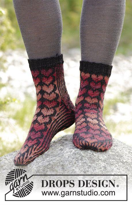 Queen of Hearts Socks / DROPS 183-24 - Kärjestä ylös neulotut sydänkuvioiset sukat. Koot 35-43. Työ neulotaan DROPS Fabel-langasta.