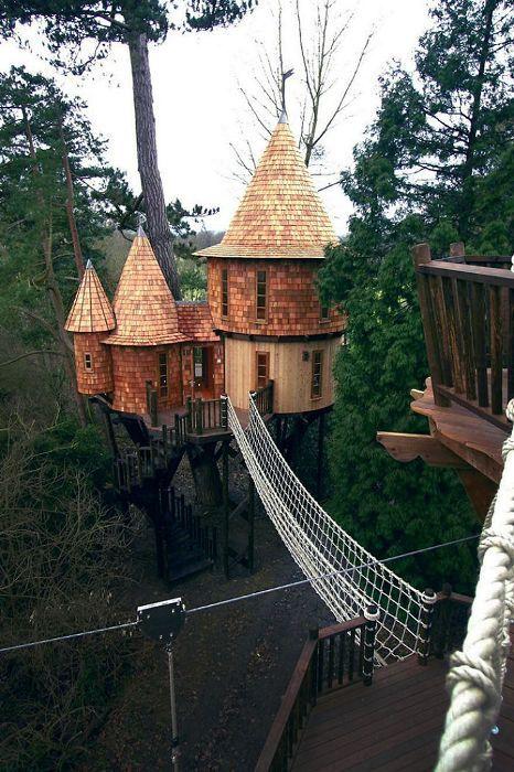 Сказочный замок на дереве в Британии.
