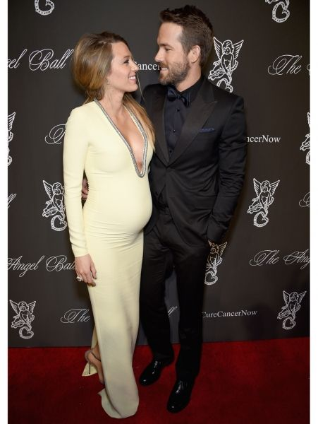 Blake Lively & Ryan Reynolds in een jurk van Gucci Cruise 2015. Ryan draagt een pak van Gucci. | ELLE