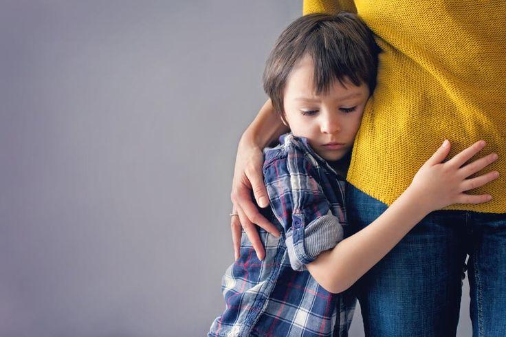 Niño buscando la protección de su madre