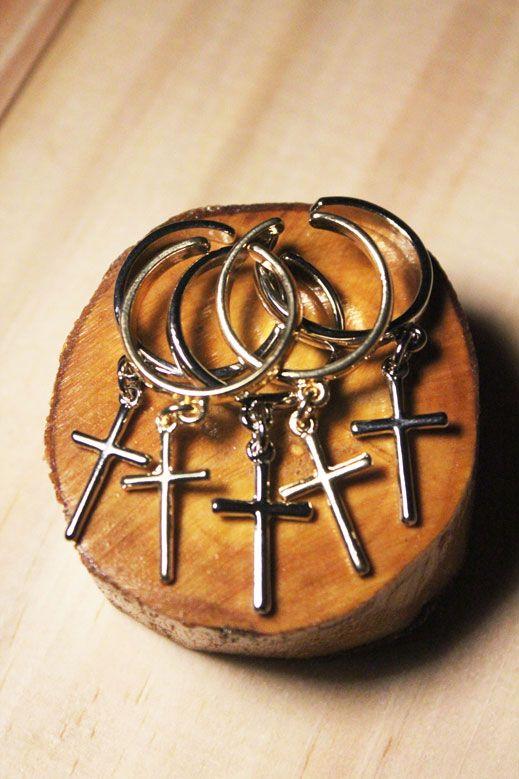 Anéis múltiplos com pingentes de cruz.