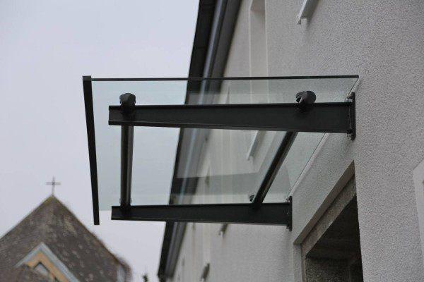 Vordach aus lackiertem Stahl und Glas