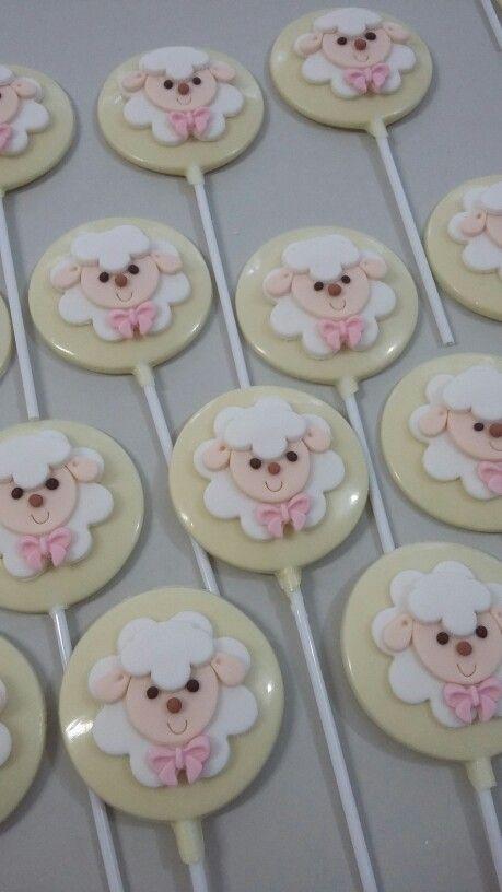 Pirulitos de chocolate branco com decoração de ovelha em pasta americana