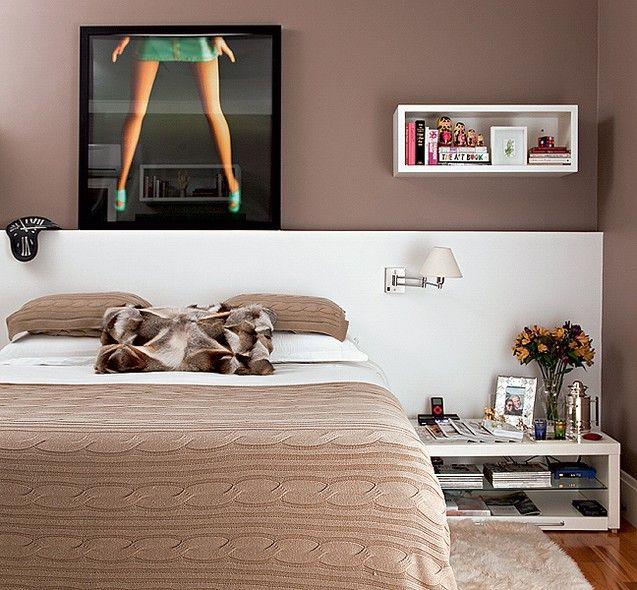Na parede onde fica a cabeceira da cama, neste quarto de casal, a divertida fotografia de Valentino Filadini emoldurada decora o ambiente. Ao lado, nicho organiza alguns objetos