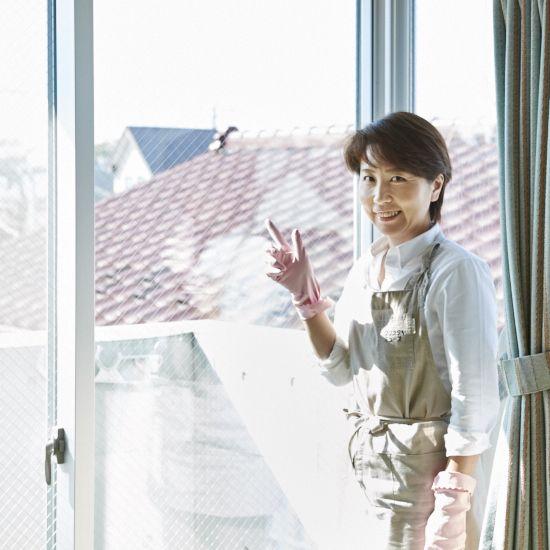 心地よく暮らすために必要不可欠な、掃除。第1話では、大掃除に取りかかる前のスケジュールの立て方や必須アイテムについて教わりました。今回は「窓の掃除」をご紹介します。透明なガラスに足元のサッシレール、気