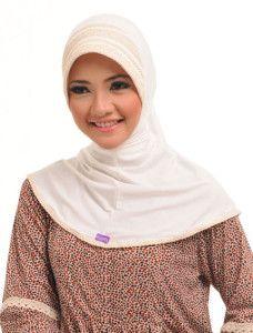 Zaria m Ataya    Keunikan bergo model basic ini ada pada susunan renda yang menghias bagian petnya, feminin & simpel  http://jilbabmodis.net/elzatta-hijab/zaria-m-ataya
