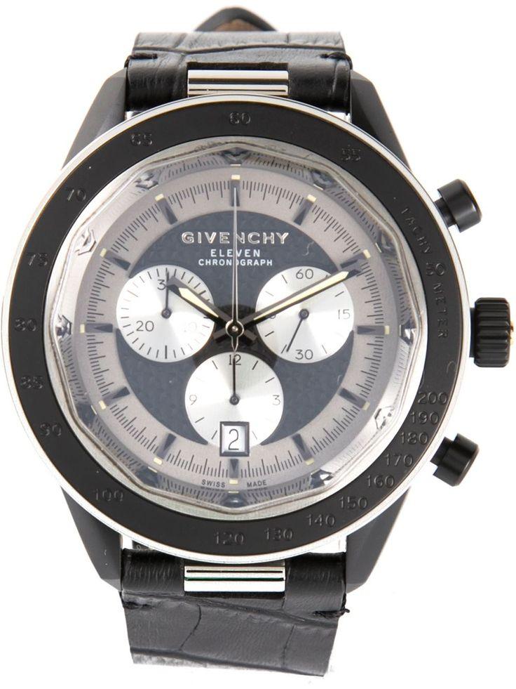 Es ropa informal.  Es un muy caro reloj.  Tambien, es negro.  Mi opinion es la reloj es estar de moda.