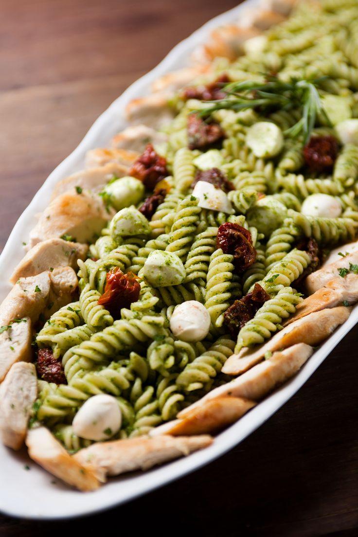 Fusilli Tricolor - quente ou frio ao pesto de rúcula com mozzarella de búfala, tomate seco, tiras frango ou camaroes grelhados