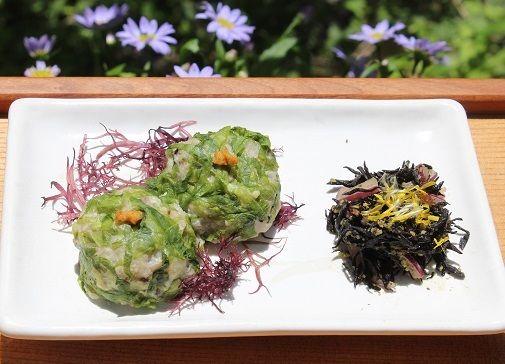主菜の「キャベツシューマイの盛り合わせ」。  最近のヒットで頻繁に登場。  蓮根のすりおろしと豆腐が主体で  ネギやえのき、干し椎茸、生姜のみじん切りを炒めたものを混ぜ合わせ  塩で味つけ、地粉を加えて固さを調整、丸めて蒸します。  海藻のふのりを下に敷いて、からしを添えて盛りつけ。  右は「芽ひじきと紫玉ねぎ、タンポポの花のサラダ」  りんご酢とオリーブオイルでさっぱりとした味わいに…。
