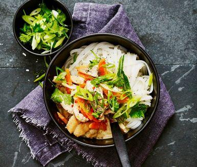 I denna rätt får kyckling sällskap av krämig kokosmjölk, grönsaker och heta kryddor. Hettan står finhackad chili och pressad vitlök för och tillsammans med krämig kokosmjölk blir det en utsökt och väldoftande kycklinggryta. Servera med risnudlar toppat med strimlad salladslök och grovhackad koriander.