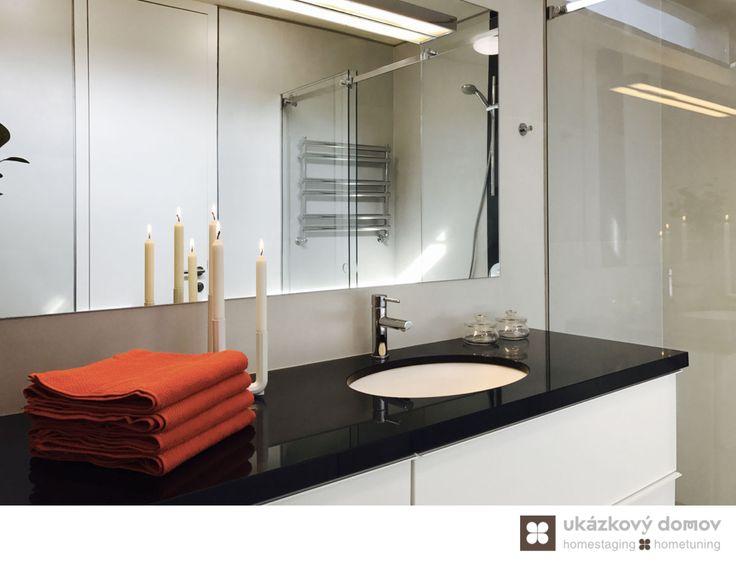 Home Staging zařízeného rodinného domu v obci Hvězdonice u Prahy #Hvezdonice #czech #homestaging #pred #po #before #after #white #walls # modern #vila #koupelna #cz #czechrepublic #towels #red #bathroom