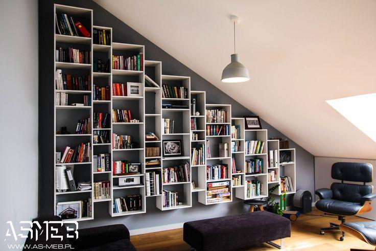Wisząca biblioteka,w pełnej okazałości. Książki ocieplają każde wnętrze, nadają charakteru, a w takiej oprawie prezentują się doskonale.