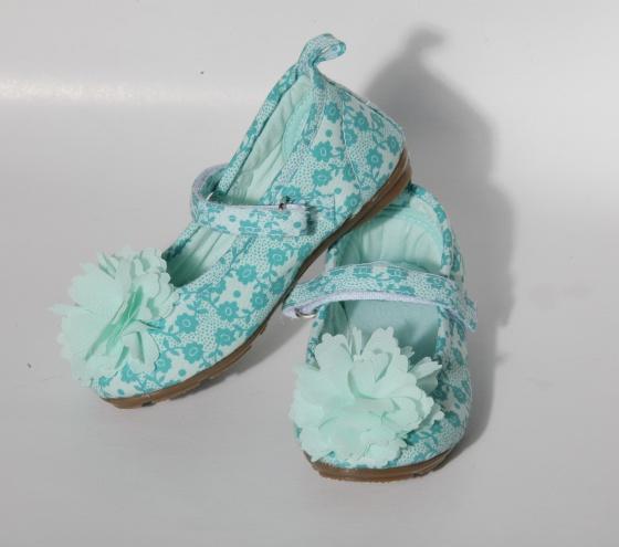 Zapatos de color verde menta con estampados de flores y aplique