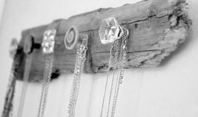 per avere collane sempre in ordine, ecco un portacollane realizzato con un pezzo di legno e alcuni  pomellini di antine