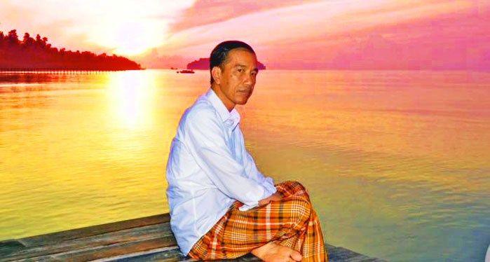 Sarung Kotak-kotak Jokowi ketika Fajar Menyingsing