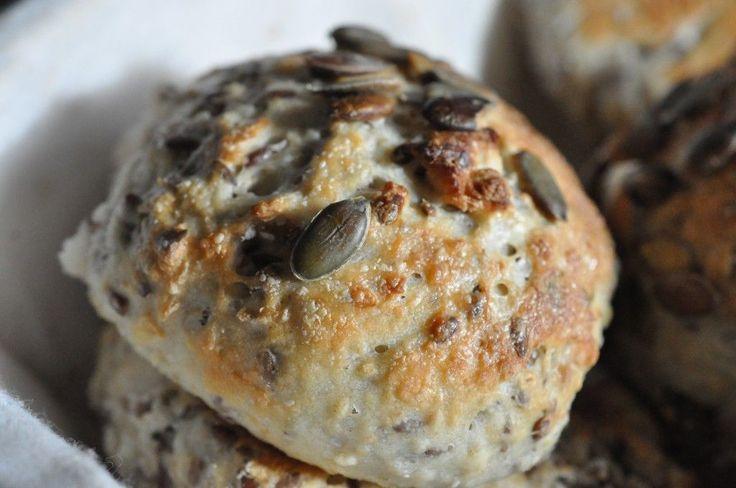 Weekend - ahh og god tid til at bage til dine kære.  Hvad med en lækker nybagt grovbolle med speltmel og havregryn? En grovbolle, der fint kan mætte jer, hvis I skal på tur i skoven eller på stranden. Lav et