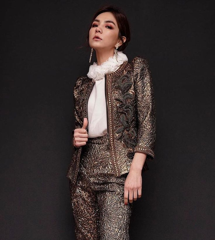 "351 mentions J'aime, 6 commentaires - Andrew Gn (@andrewgn) sur Instagram : ""Gilded Diva - SuperStar #ellachen 陳嘉樺 in our golden brocade #suit @him_ella0618 @theswankofficial…"""