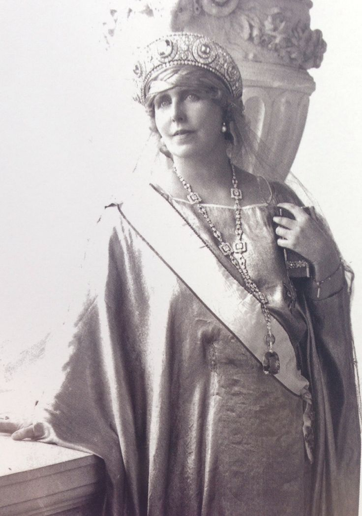 Queen Marie wearing her sapphire and diamond Parure. The sapphire hanging from the necklace was at the time the worlds largest sapphire, weighing 478 carats. The tiara once belonged to Grand Duchess Vladimir.
