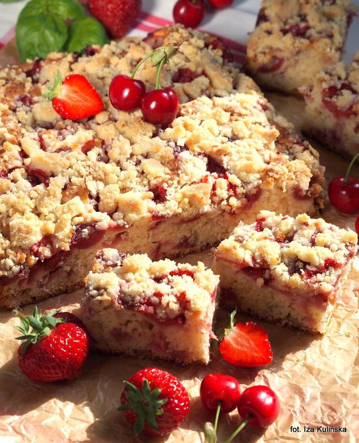Smaczna Pyza: Ciasto. Deser. Szybki placek na maślance, z rabarbarem, owocami i kruszonką.