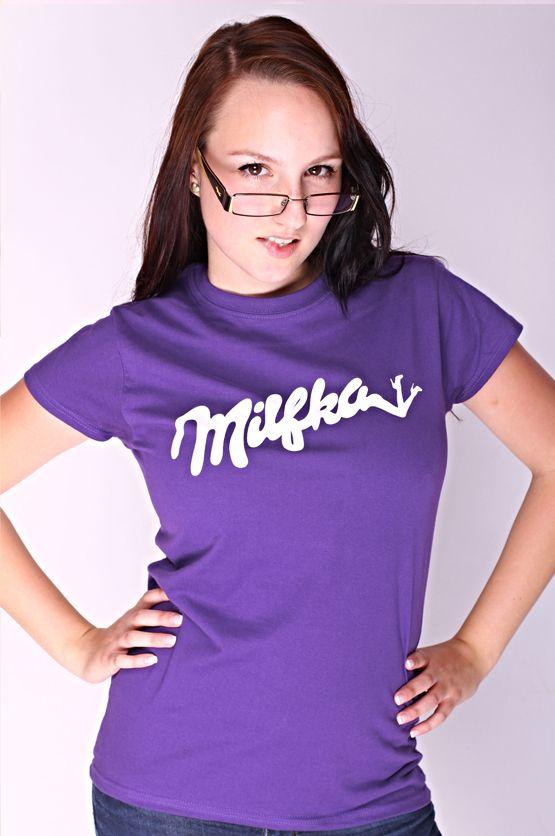 T-shirt Milfka De vrouwelijke versie van de klassieker is een nauwsluitend model met verkorte mouwtjes en heeft een RAXart opdruk van een bekend chocolade merk. Maar dan net even anders. Blikdicht met aangenaam hoge stofdichtheid en een eersteklas verwerking.