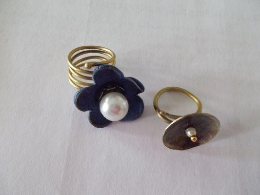 δακτυλίδι από δέρμα και πέρλα  δακτυλίδι από μέταλλο περλιτσα και υγρό γυαλί.
