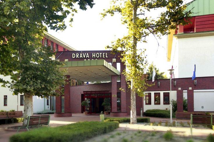 A 4 szélforgós minősítésű Dráva Thermal #hotel  #Harkány ban, Pécstől 20 percre található. A hozzájuk érkező kisbabás családoknak sem kell a fél háztartást becsomagolni, hiszen kérésre rendelkezésre áll babakocsi, pelenkázó, babyphone és sok más babaeszköz. A hétvégén és kiemelt időszakban a szálloda animációt is nyújt a gyerekeknek és természetesen nem hiányozhat az étteremből a gyereksarok sem.