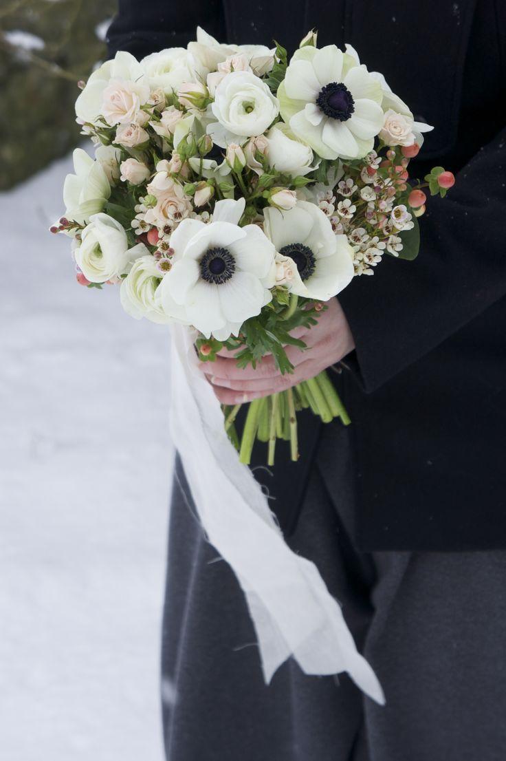 Bouquet anémones, roses branchues rose pâle, wax rose et renoncules blanches