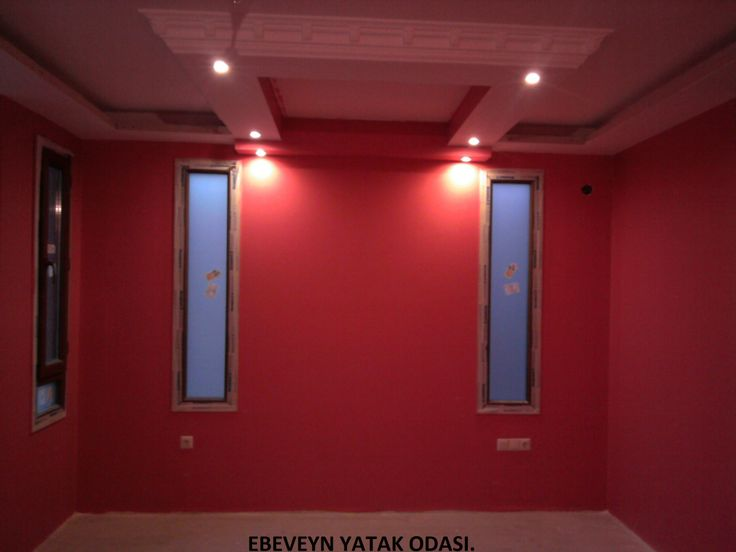 yatak odası, yatak üstü renkli ve ışıklı, duvarları aşk rengine kaplı.