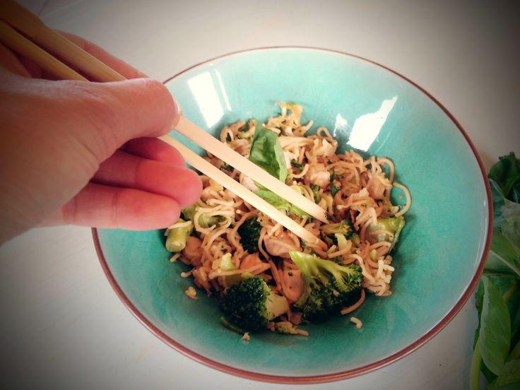 Nouilles sautées au poulet, brocoli et gingembre frais.