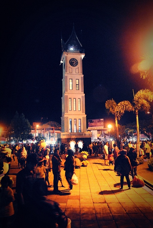 {FOTO] Jam Gadang di Waktu Malam | Bukittinggi | NIKON D3000, f/4.5, exposure time 1/10 sec, focal length 18 mm, no flash. PhotoScape