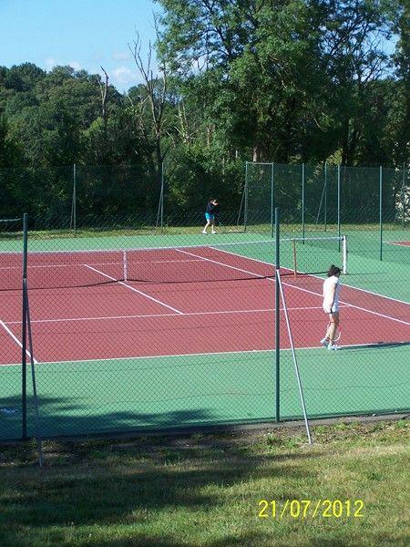 Stages et cours de tennis à Apremont à 3 minutes du camping. Réservation du ccours au camping