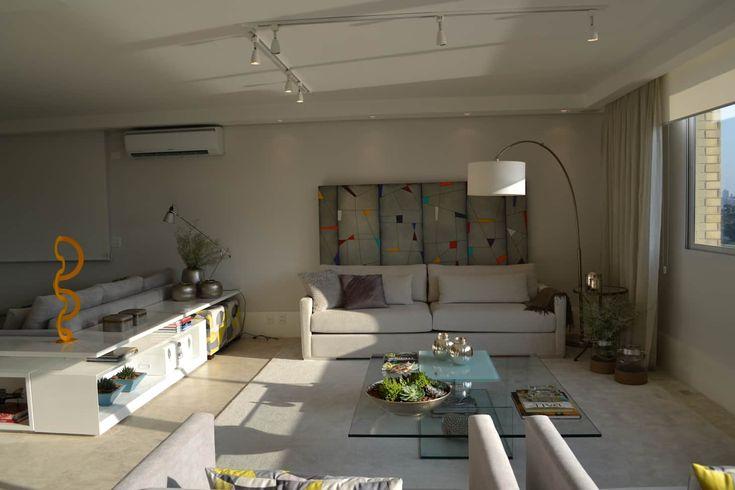 Apartamento para um jovem casal em tons de cinza: salas de estar por helô marques associadas, minimalista   – Inspiração – Sala de estar