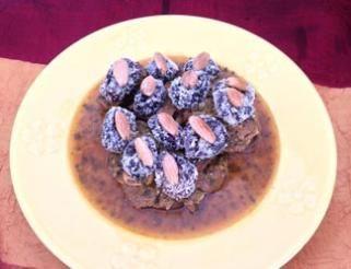 Tajine de viande d'agneau aux pruneaux et à la poudre d'amandes.