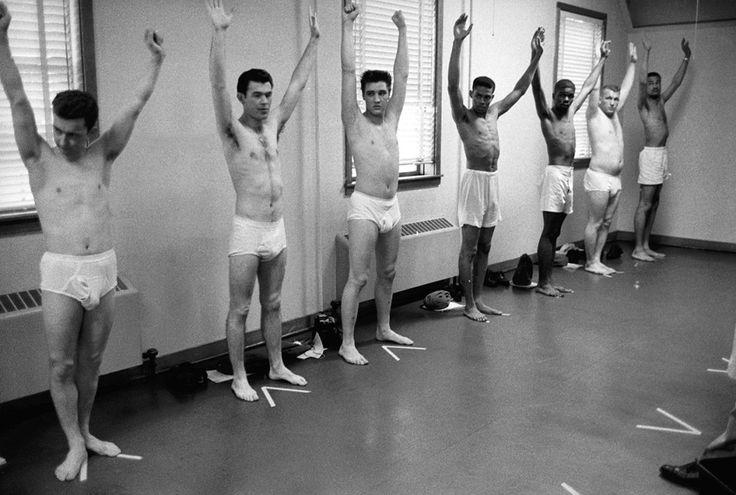 Elvis Presley no treinamento militar, depois de entrar no Exército americano em 1958.
