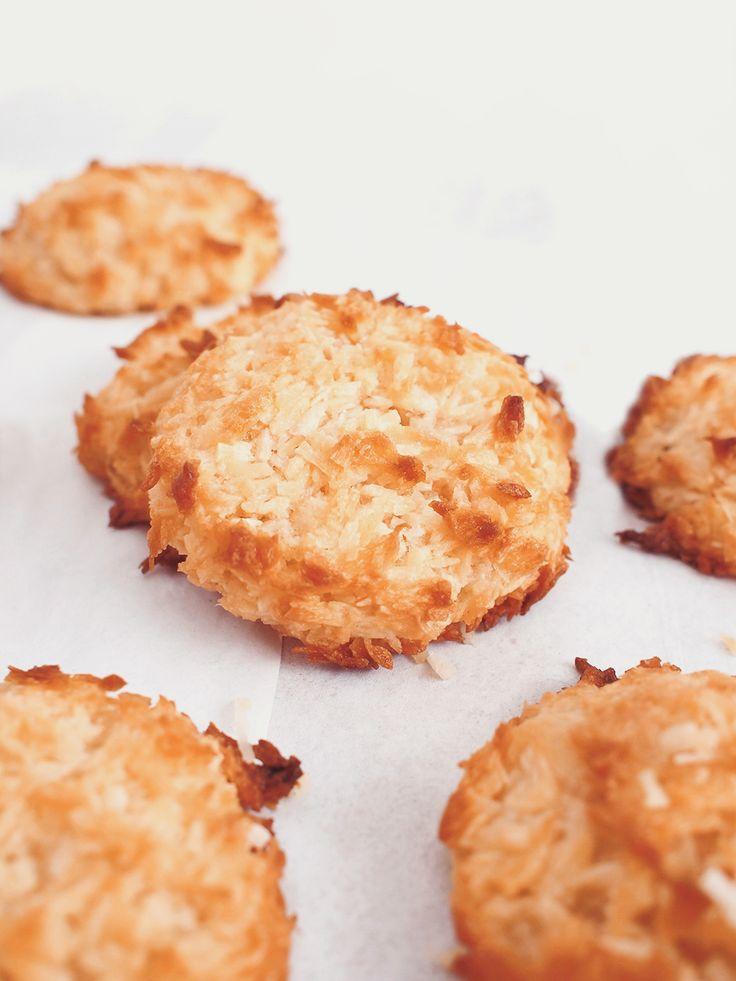 Aquafaba coconut meringues / vegan / gluten-free / sugar-free