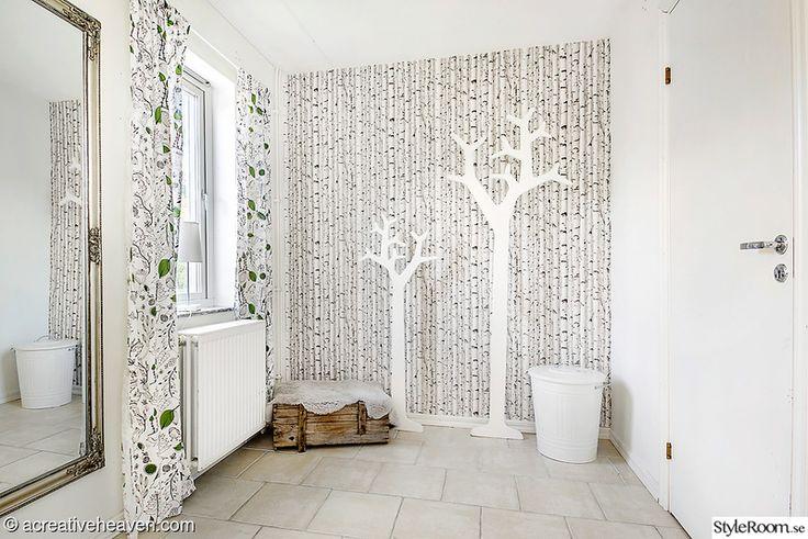 Hallen med swedese träd som klädhängare. Scandinavian style. Hall, klädhängare, entrace, white.