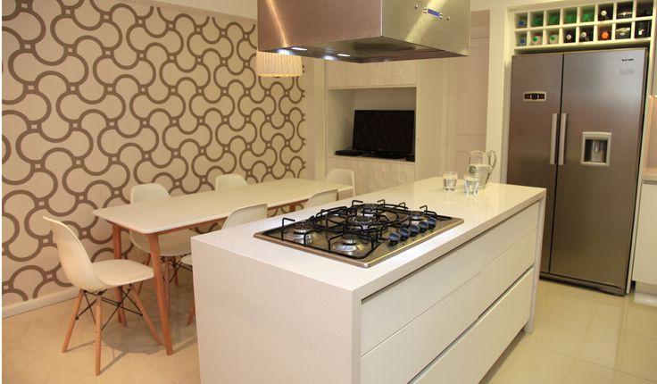 Cocina de muebles de pvc blancos y mesadas de silestone - Cocinas con isla central ...