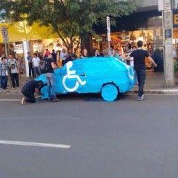 Parcheggiare nei posti riservati ai disabili è un gesto di dubbia civiltà. Gli automobilisti sudamericani lo stanno imparando grazie al #guerrilla marketing.