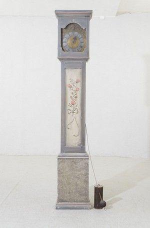 GOLVUR; 1700-tal, rakt fodral gråmålat med blomdekor, höjd 216 cm, lod samt pendel finns
