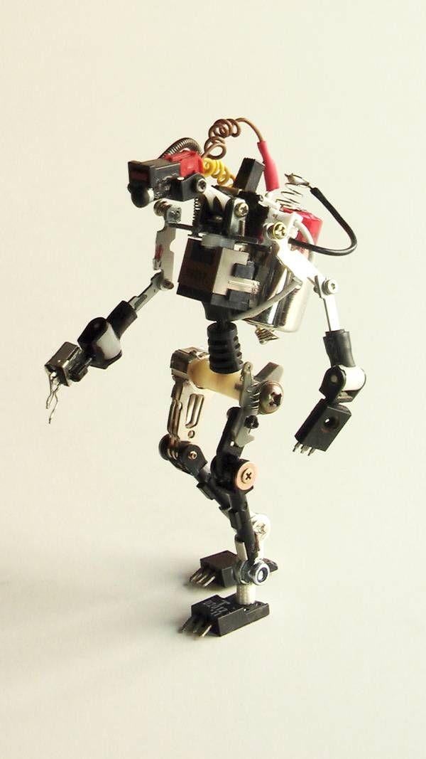 Project #R³bots : Des sculptures de robots réalisés avec des élements électroniques recyclés project r3bots des robots realises avec des elements electroniques recycles 07 photo