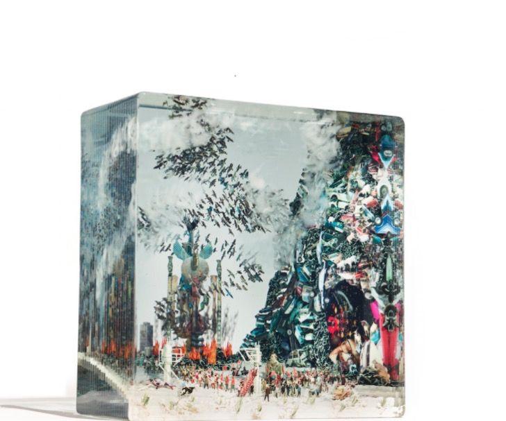 Estos cubos de vidrio esconden escenas de un mundo retorcido en 3D