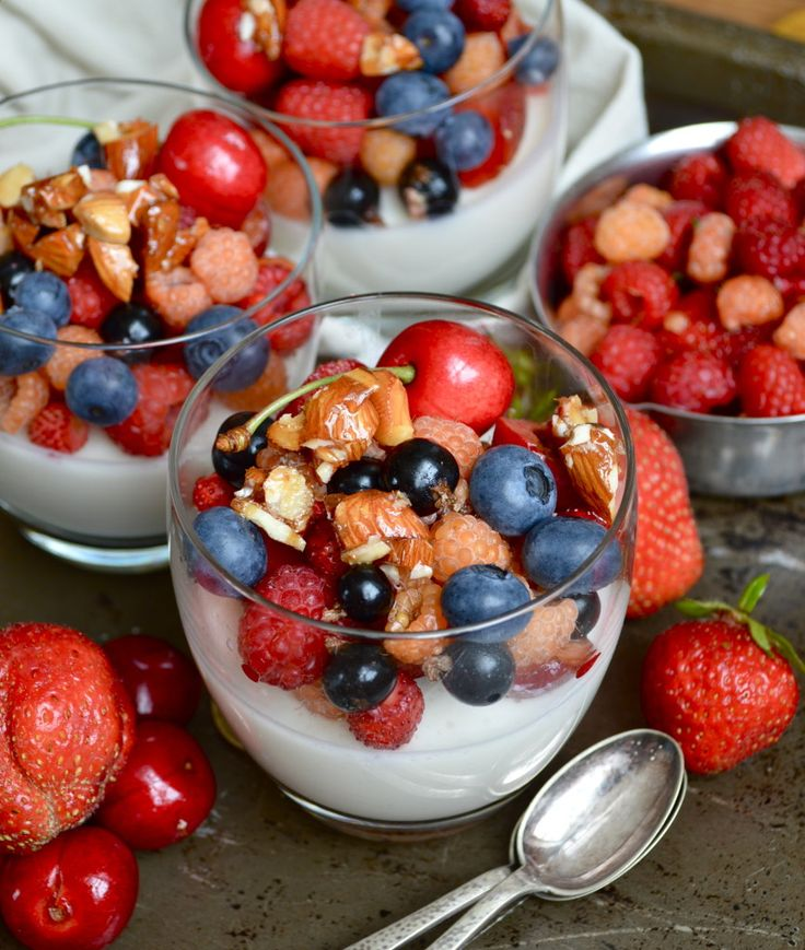 Skinny Greek Yoghurt Pana Cottas with berries and heathy caramelized almonds || The Smoothie Lover